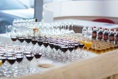 Vidrios con el jugo, vidrios del champán, vidrios con el vino, caterin Foto de archivo libre de regalías