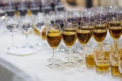 Vidrios con el jugo, vidrios del champán, vidrios con el vino, caterin Imagenes de archivo