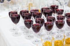 Vidrios con el jugo, vidrios del champán, vidrios con el vino, caterin Imagen de archivo libre de regalías