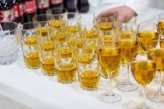 Vidrios con el jugo, vidrios del champán, vidrios con el vino, caterin Fotos de archivo libres de regalías