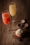 Vidrios con el jugo y el helado en un fondo de madera con las velas 1 Fotografía de archivo libre de regalías