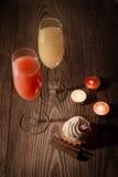 Vidrios con el jugo y el helado en un fondo de madera con las velas 21 Fotografía de archivo
