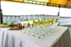 Vidrios con el shampagne y el vino en restaurante Fotografía de archivo libre de regalías