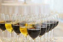 Vidrios con el vino imagenes de archivo