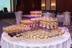 Vidrios con el vino blanco rojo y Fotografía de archivo