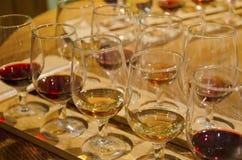 Vidrios con el vino blanco rojo y Imágenes de archivo libres de regalías