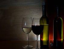 Vidrios con el vino blanco y rojo Fotos de archivo