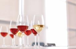 Vidrios con el vino delicioso en la tabla Imagen de archivo