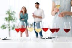 Vidrios con el vino delicioso en la tabla Imagenes de archivo