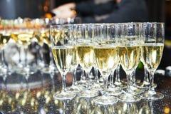 Vidrios con el vino en fila Fotos de archivo libres de regalías