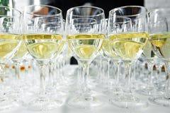 Vidrios con el vino en fila Imagenes de archivo