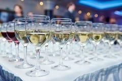 Vidrios con el vino en fila Fotos de archivo