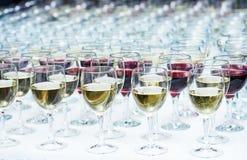 Vidrios con el vino en fila Fotografía de archivo