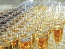 Vidrios con el vino en la tabla Imágenes de archivo libres de regalías