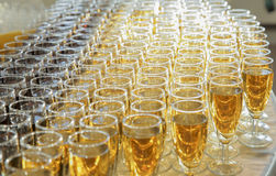 Vidrios con el vino en la tabla Fotografía de archivo libre de regalías