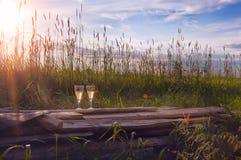 Vidrios con el vino en los viejos tableros en zonas rurales Imágenes de archivo libres de regalías