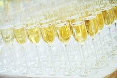 Vidrios con el vino espumoso en fila Fotos de archivo