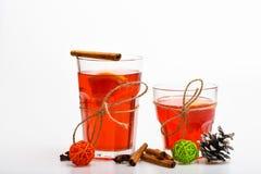 Vidrios con el vino reflexionado sobre o la bebida caliente atada con guita en el fondo blanco, cierre para arriba La Navidad beb Fotos de archivo libres de regalías