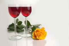 Vidrios con el vino rojo en blanco Imagen de archivo libre de regalías