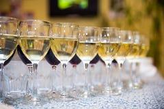 Vidrios con el vino, tabla de banquete de abastecimiento, abastecimiento, comida fría, glas Fotografía de archivo libre de regalías