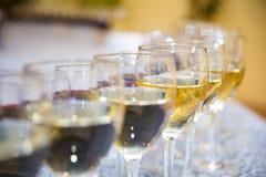 Vidrios con el vino, tabla de banquete de abastecimiento, abastecimiento, comida fría, glas Fotografía de archivo