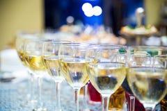 Vidrios con el vino, tabla de banquete de abastecimiento, abastecimiento, comida fría, glas Fotos de archivo libres de regalías