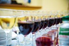 Vidrios con el vino, tabla de banquete de abastecimiento, abastecimiento, comida fría, glas Foto de archivo libre de regalías