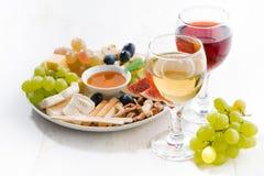 Vidrios con el vino y los bocados Fotografía de archivo libre de regalías