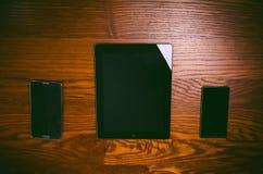 Vidrios con la pluma y la tableta en una tabla natural de madera Ministerio del Interior Concepto de trabajo en una oficina y acc Fotos de archivo