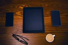 Vidrios con la pluma y la tableta en una tabla natural de madera Ministerio del Interior Concepto de trabajo en una oficina y acc Foto de archivo libre de regalías