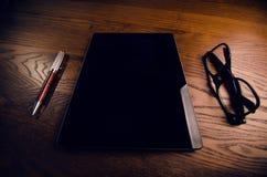 Vidrios con la pluma y la tableta en una tabla natural de madera Ministerio del Interior Concepto de trabajo en una oficina y acc Imagenes de archivo