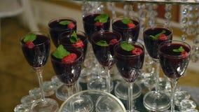 Vidrios con las bebidas alcohólicas con las frambuesas Fotos de archivo libres de regalías