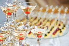 Vidrios con las bebidas del alcohol en pirámide Imagenes de archivo