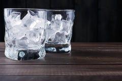 Vidrios con los cubos de hielo en fondo oscuro Fotos de archivo libres de regalías