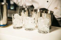 Vidrios con los cubos de hielo para el alcohol Fotos de archivo libres de regalías