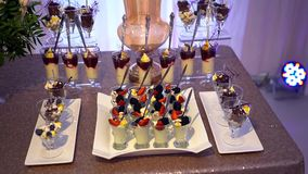 Vidrios con los dulces y las frutas, zarzamoras, fresas, melcochas, cacao metrajes