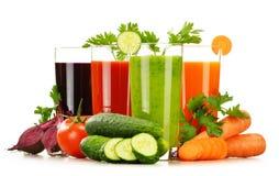 Vidrios con los jugos de las verduras frescas aislados en blanco Imagenes de archivo