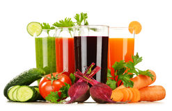 Vidrios con los jugos de las verduras frescas aislados en blanco Imagen de archivo