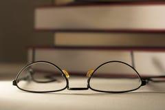 Vidrios con los libros Fotos de archivo