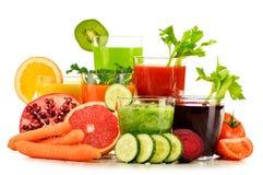 Vidrios con los zumos orgánicos frescos de la verdura y de fruta en blanco Fotos de archivo