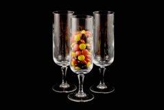 Vidrios cristalinos con el caramelo Imagenes de archivo
