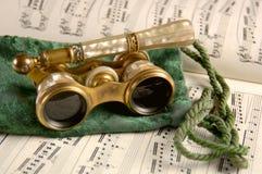 Vidrios de ópera antiguos en música de hoja Fotografía de archivo