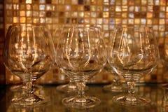 Vidrios de brandy contra fondo de la barra del restaurante Foto de archivo