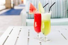 Vidrios de cóctel con la opinión del hotel Sistema de cócteles clásicos del alcohol Imágenes de archivo libres de regalías