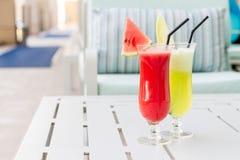 Vidrios de cóctel con la opinión del hotel Sistema de cócteles clásicos del alcohol Foto de archivo libre de regalías