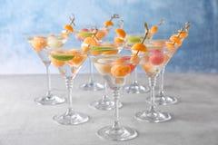 Vidrios de cócteles deliciosos con las bolas de melón imágenes de archivo libres de regalías