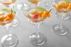 Vidrios de cócteles deliciosos con las bolas de melón foto de archivo libre de regalías