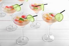 Vidrios de cócteles deliciosos con las bolas de melón fotografía de archivo