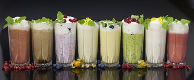 vidrios de cócteles frescos de la leche con las frutas y las bayas Fotografía de archivo libre de regalías