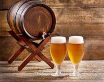 Vidrios de cerveza con el barril Imagen de archivo